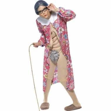 Bejaarde vrouw foute kleding
