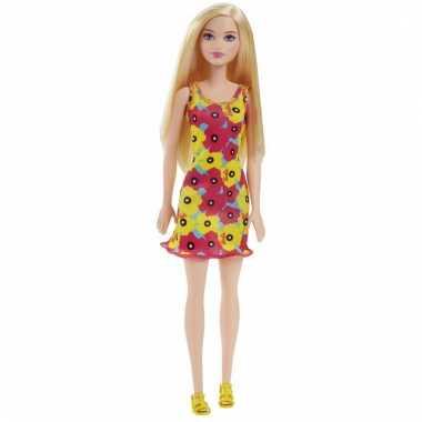 Foute barbie pop met rode en gele bloemen jurk kleding