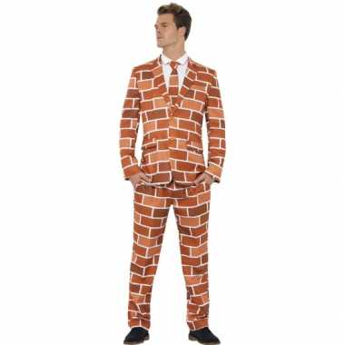 Foute kleding heren maatpak stenen muur