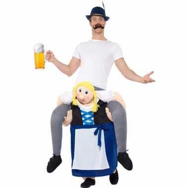 Oktoberfest foute kleding man op bayerische vrouw